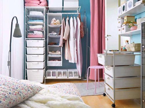 Tủ quần áo với những giá để đồ thông thoáng và giá treo quần áo sẽ tạo cảm giác nhẹ nhàng, đồng thời những hộp để đồ phù hợp với thiết kế của căn phòng sẽ khiến mọi thứ trông ngăn nắp hơn.