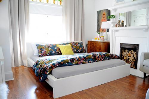 Chăn gối màu sắc hoa văn nổi bật làm mới lạ căn phòng